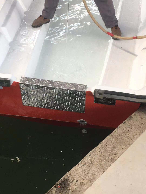 自排水冲锋舟